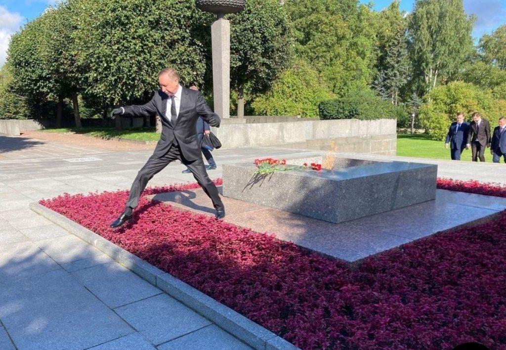 Губернатор Петербурга перепрыгнул клумбу и стал героем фотожаб