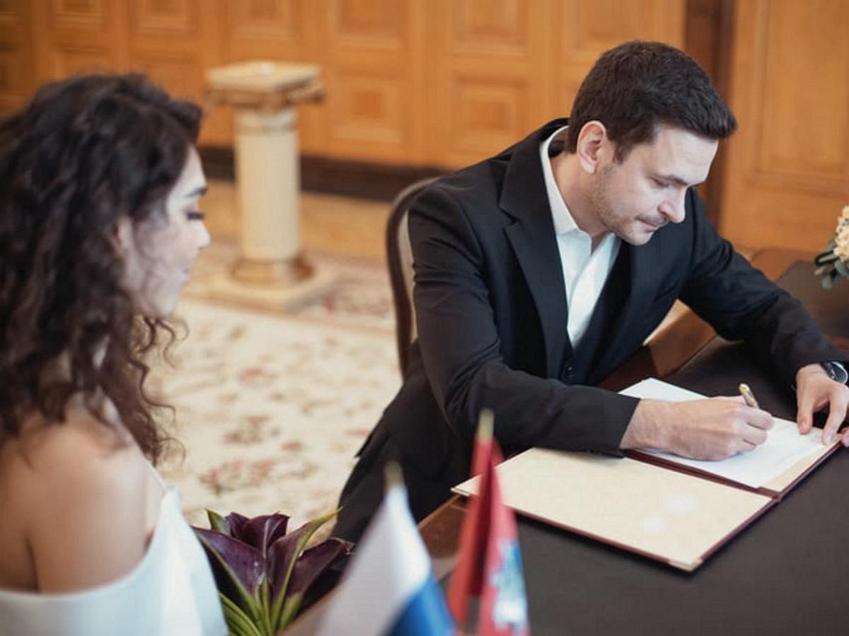 Илья Яшин женился на секс-символе группы Алоэ Вера