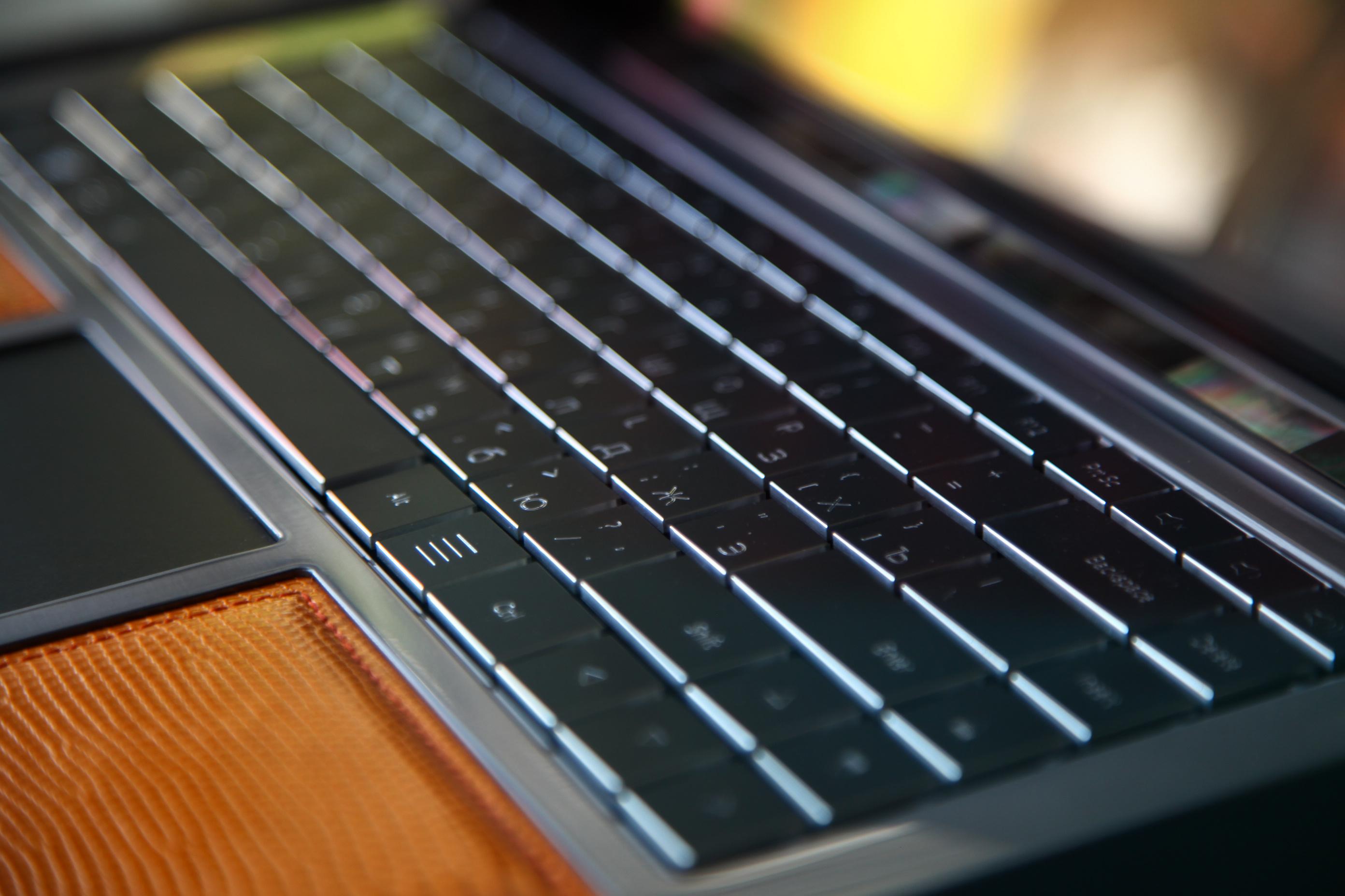 Клавиатура для ноутбука французской компании Cottin, которая выпускает технику из золота, серебра и с инкрустацией алмазов.<br /> Нахабино»> </span> <span class=
