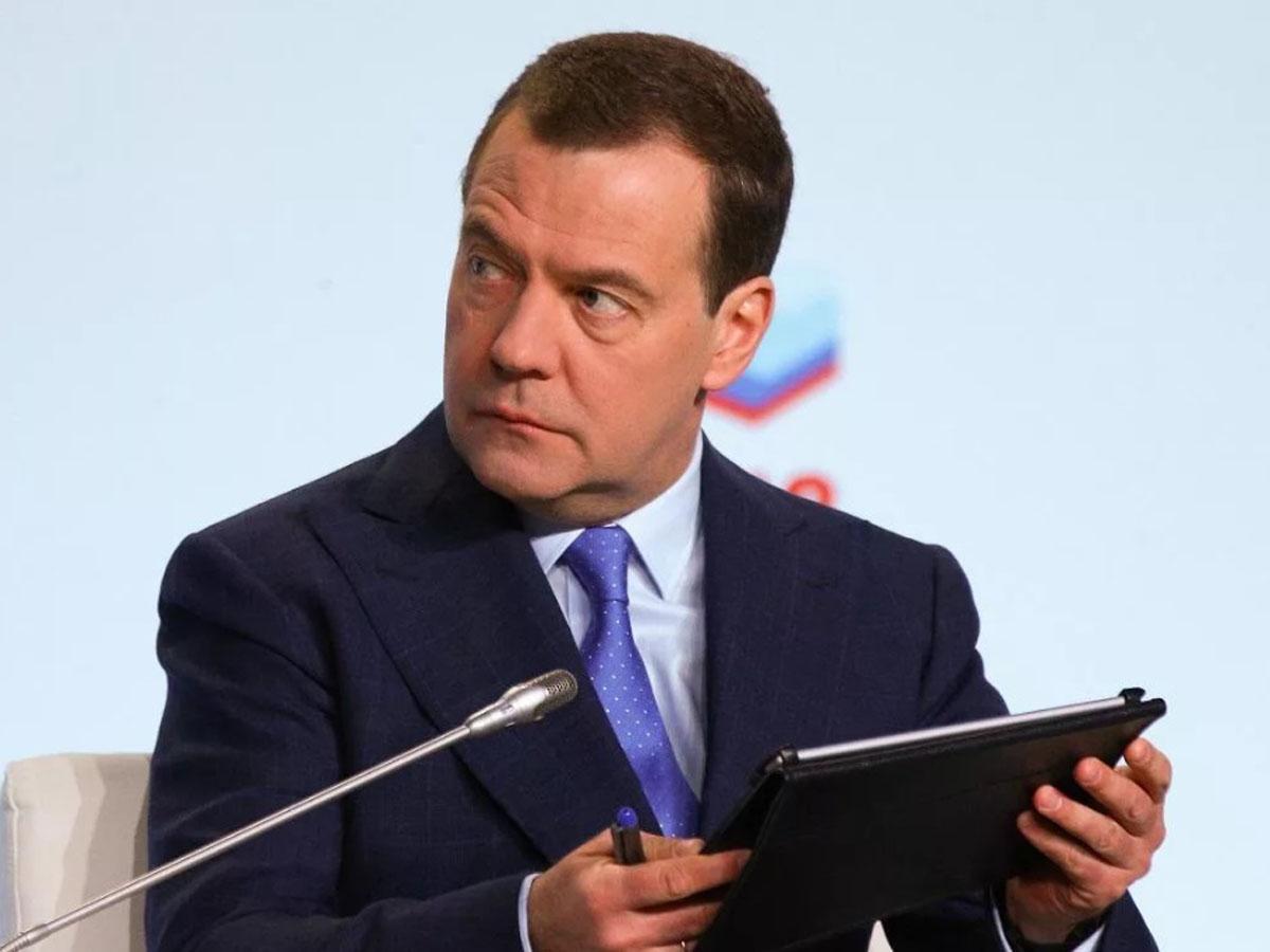 Медведев предложил ввести базовый доход