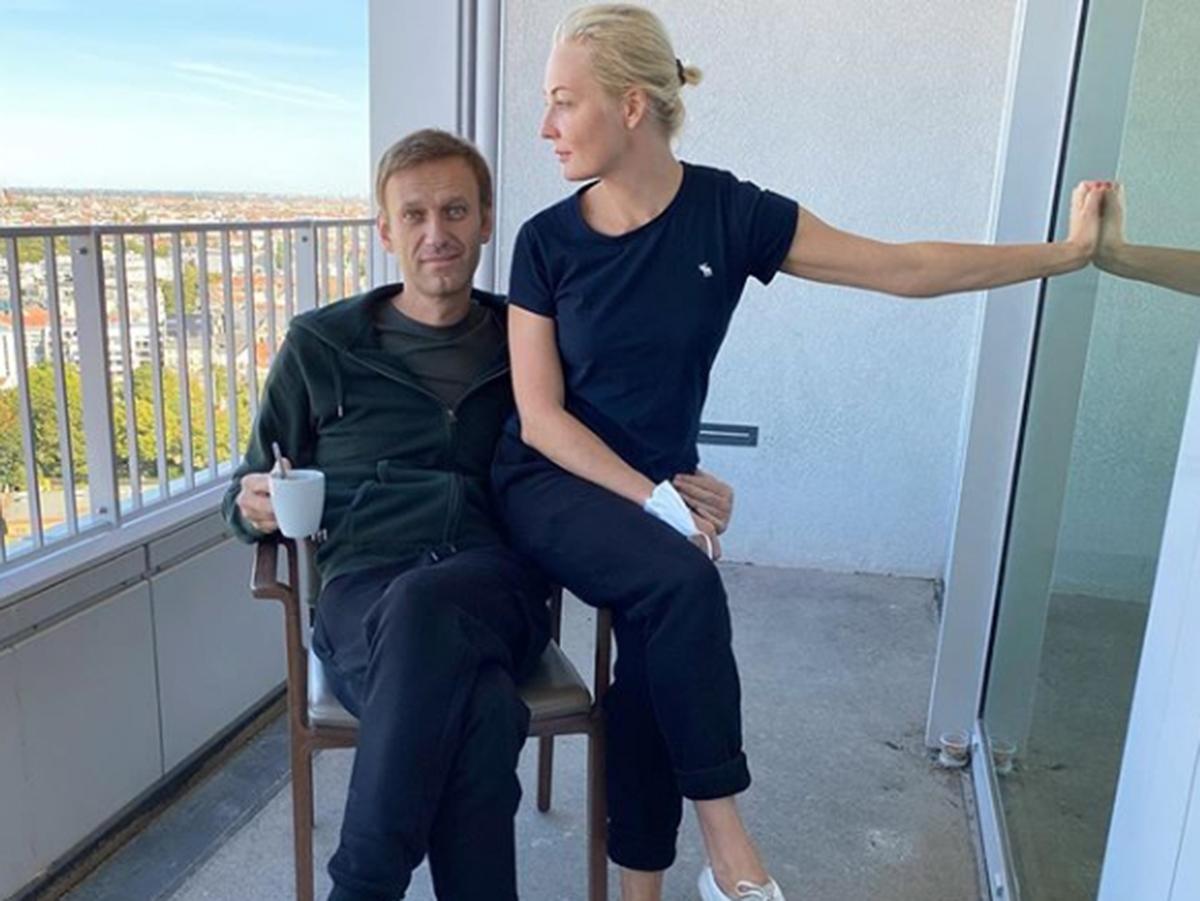 Навальный потребовал вернуть его одежду, изъятую в омской больнице, и признался, что его спасла жена