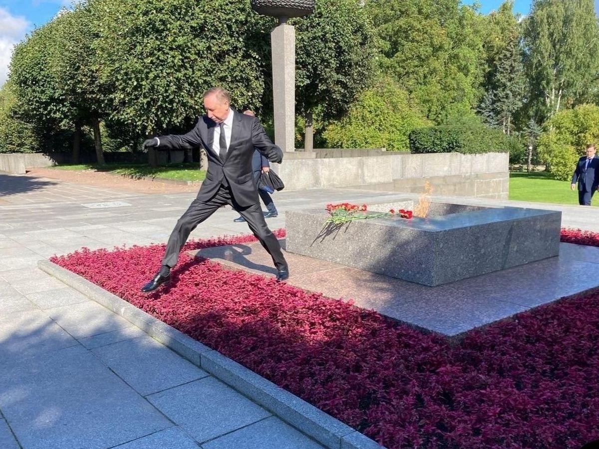 Прыжок губернатора Петербурга через клумбу породил лавину мемов