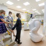 Робот-библиотекарь, интерактивный пол и игровой терминал представлены в новой библиотеке в Мурманской области