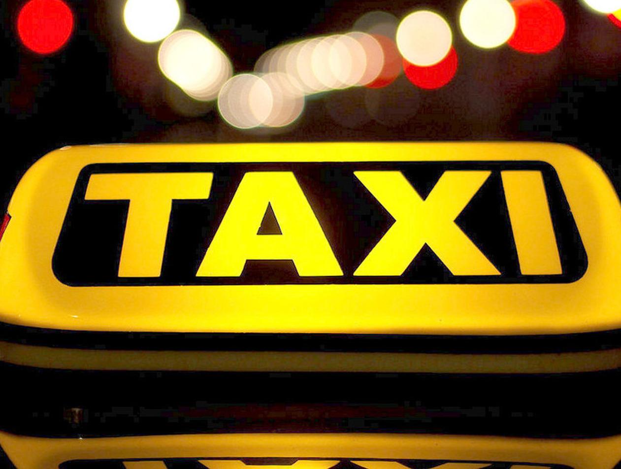 Сибиряк разгромил такси за отказ водителя везти детей без кресла
