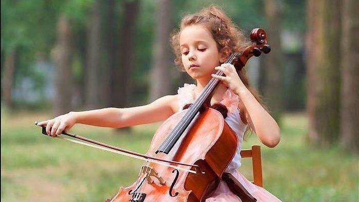 Девочка играет на виолончели