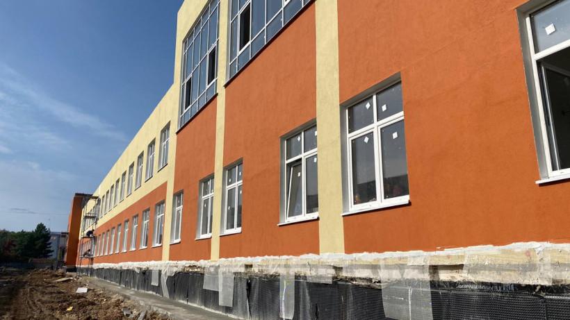 Замминистра стройкомплекса региона проверил ход строительства учебной пристройки в Серпухове