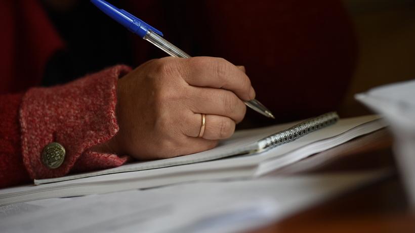 Записи в блокноте рука бумаги подпись ручка