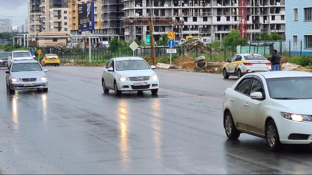 Рабочие приступили к укладке асфальта на проезжей части Путилковского шоссе в Красногорске