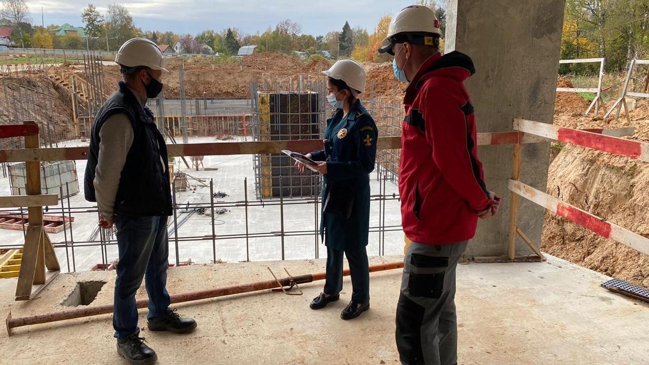 Инспекторы Главгосстройнадзора проверили ход строительства жилого дома в Одинцовском округе