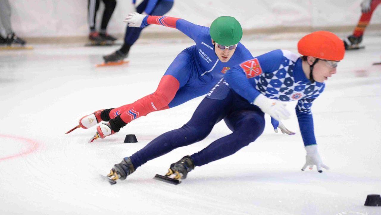 Конькобежцы на соревнованиях по шорт-треку