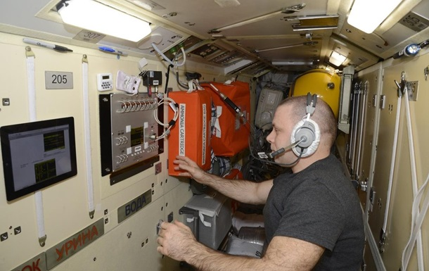 Космонавты на МКС готовятся пить воду из мочи