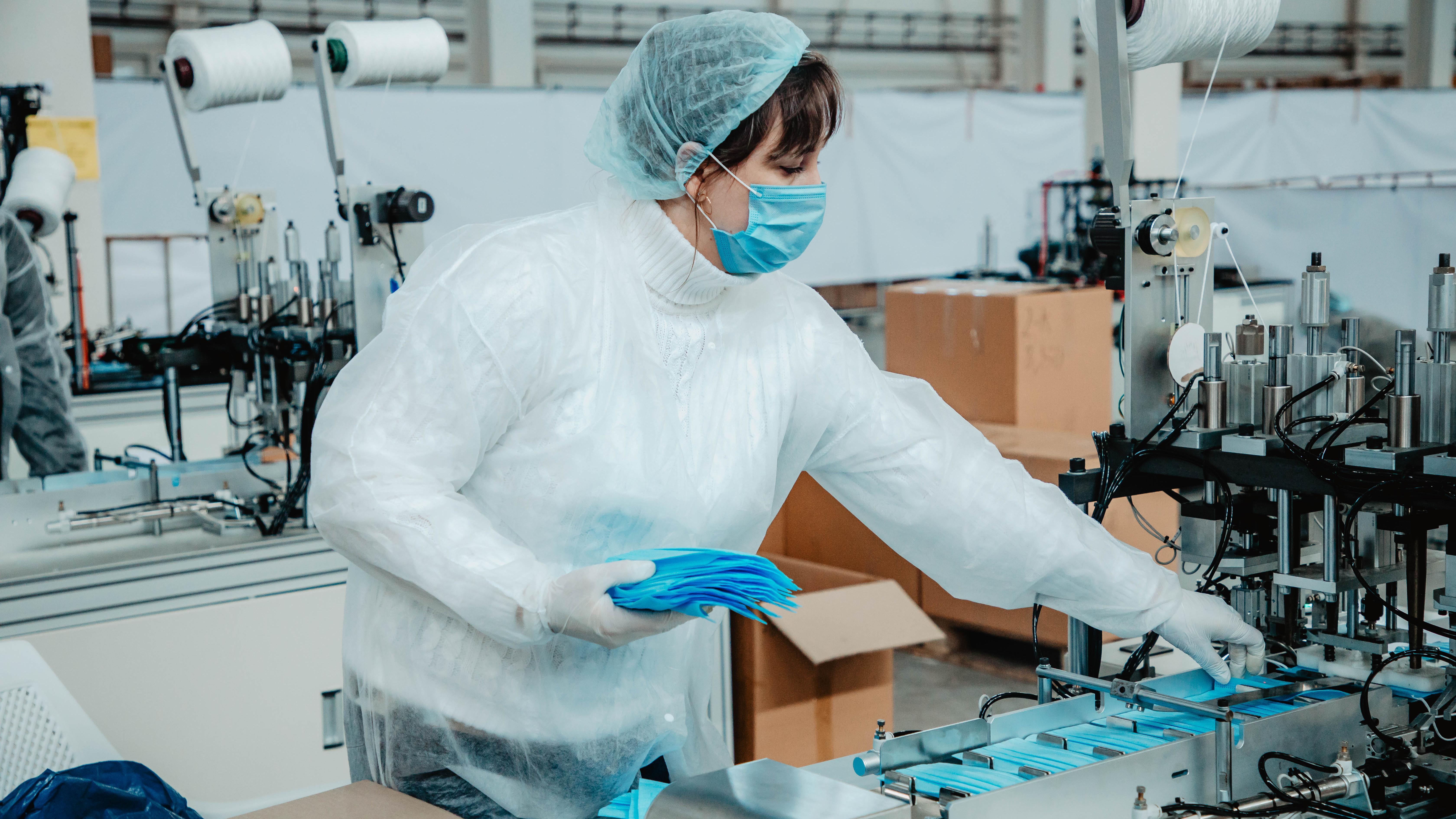 Почти 2,5 млн медицинских масок выпускают в Московской области ежедневно