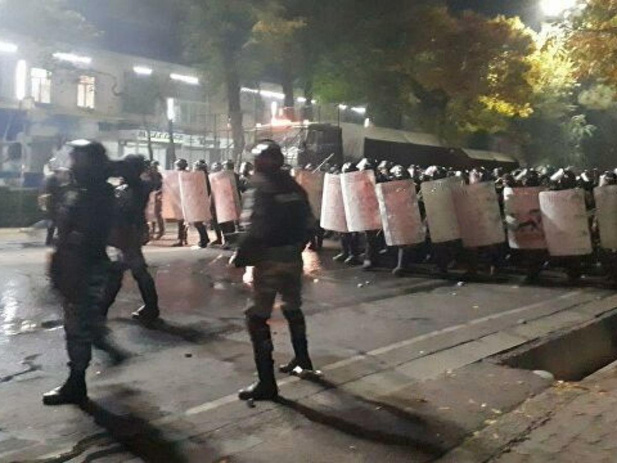 Протесты в Бишкеке: протестующие попытались взять штурмом здание парламента