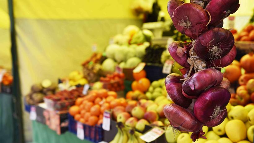 Торговля овощами и фруктами на ярмарке