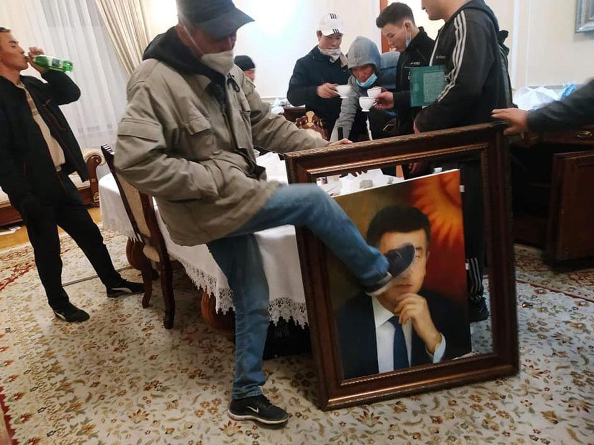 В Бишкеке протестующие захватили парламент и добились освобождения из СИЗО экс-президента Атамбаева