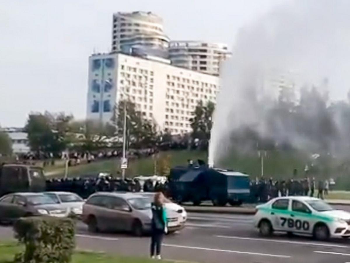 В Минске протестующие сломали милицейский водомет