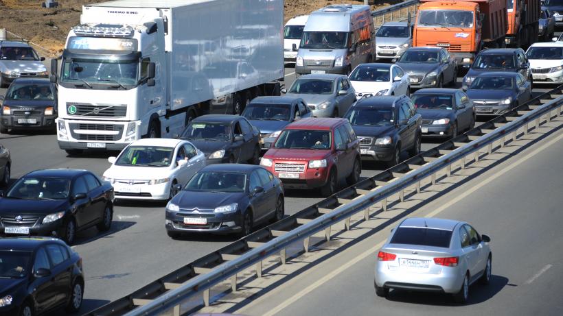 Автомобильное движение по шоссе