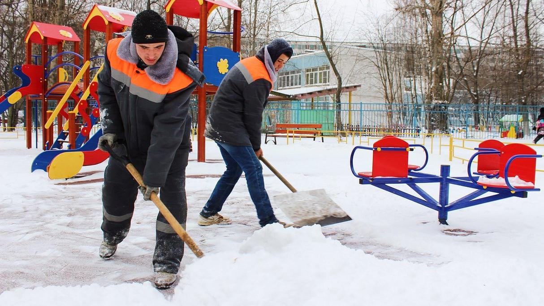 Уборка снега на детских площадках и во дворах