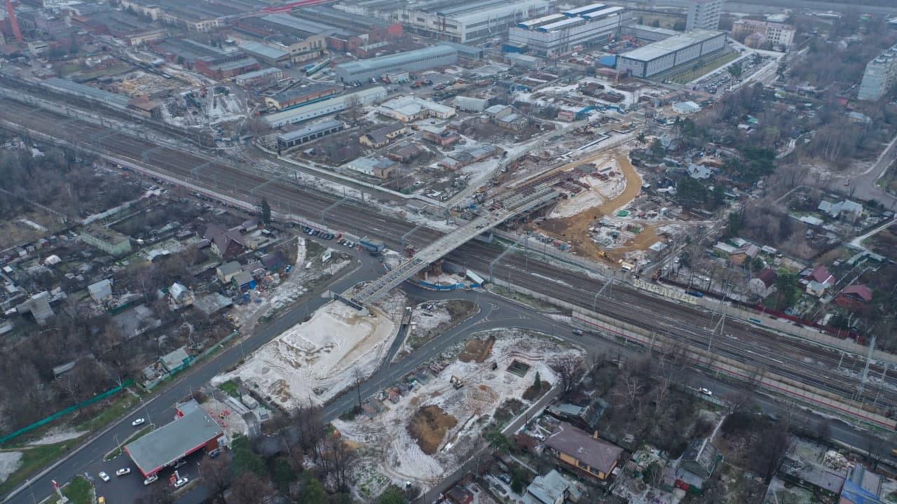 Надвижку левой стороны путепровода через железную дорогу завершили в Мытищах