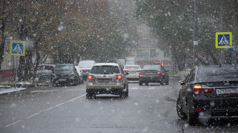 Подмосковных автомобилистов призвали к аккуратности на дорогах в снегопад