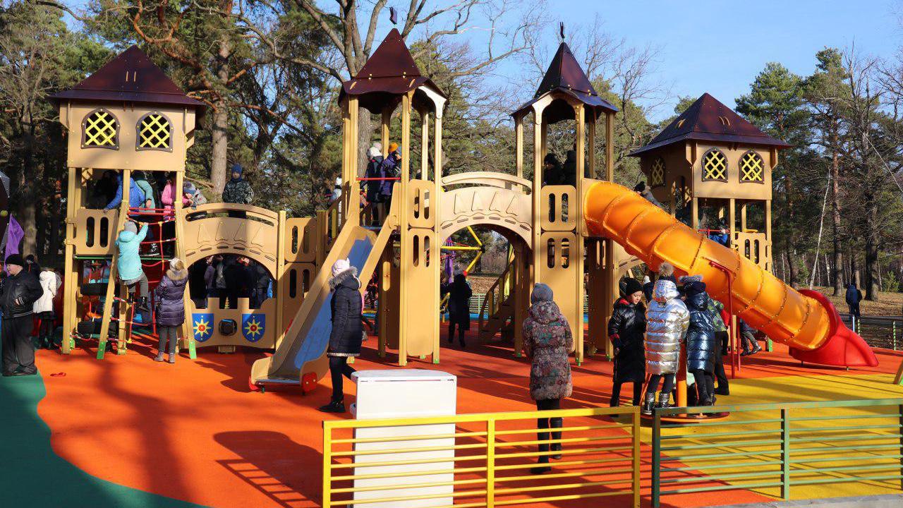 Уникальные игровые зоны появились в 7 парках Подмосковья
