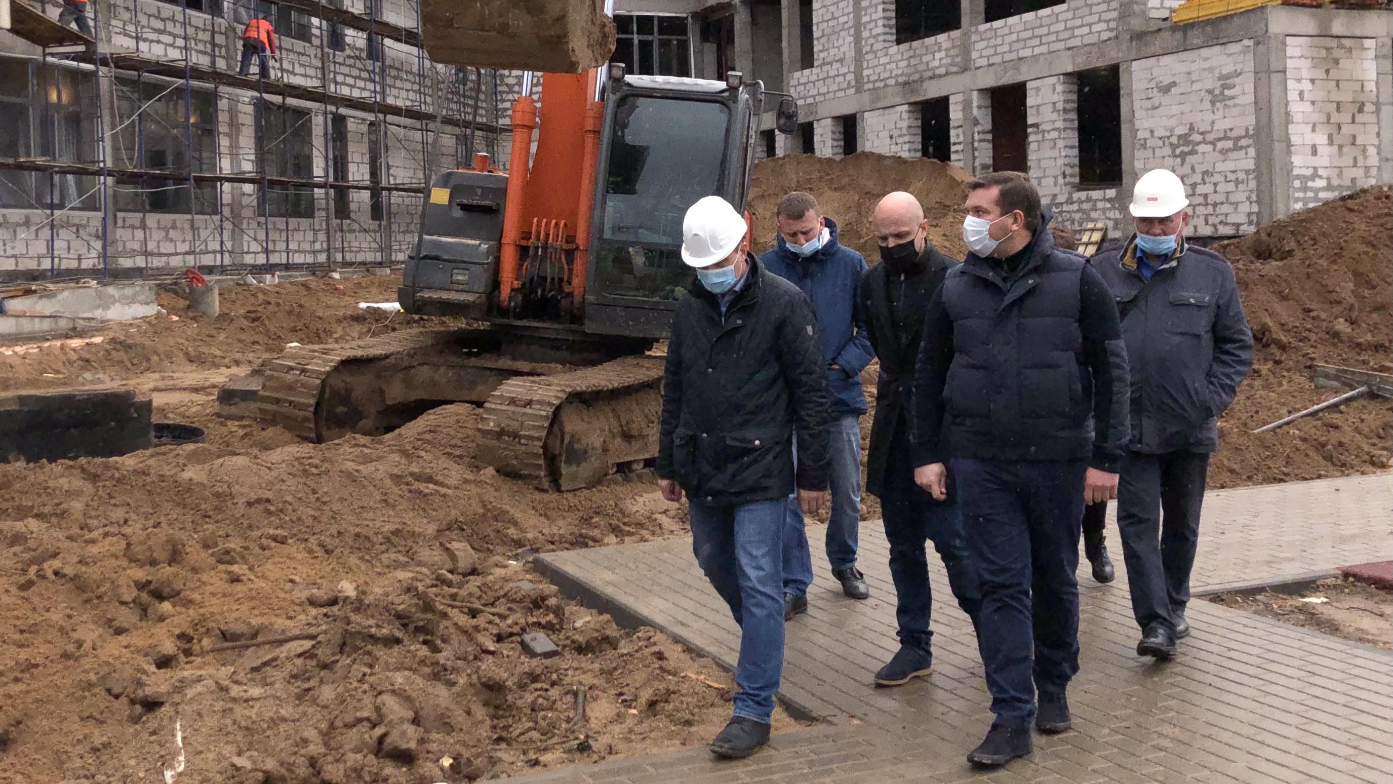Владимир Локтев проверил ход строительства школы в селе Тропарево Можайского округа