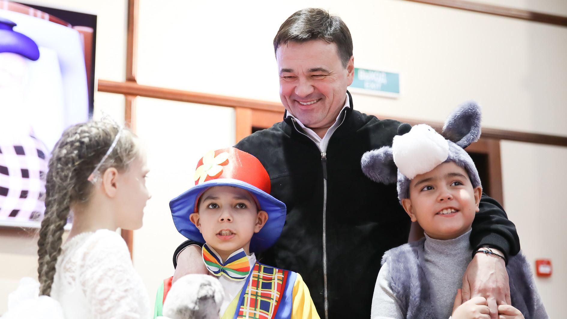 Андрей Воробьев поздравил воспитанников детских домов с наступающим Новым годом
