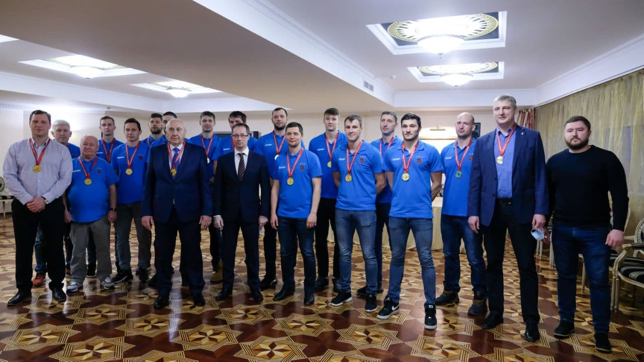 Роман Терюшков наградил «Чеховских медведей» за победу в чемпионате России по гандболу
