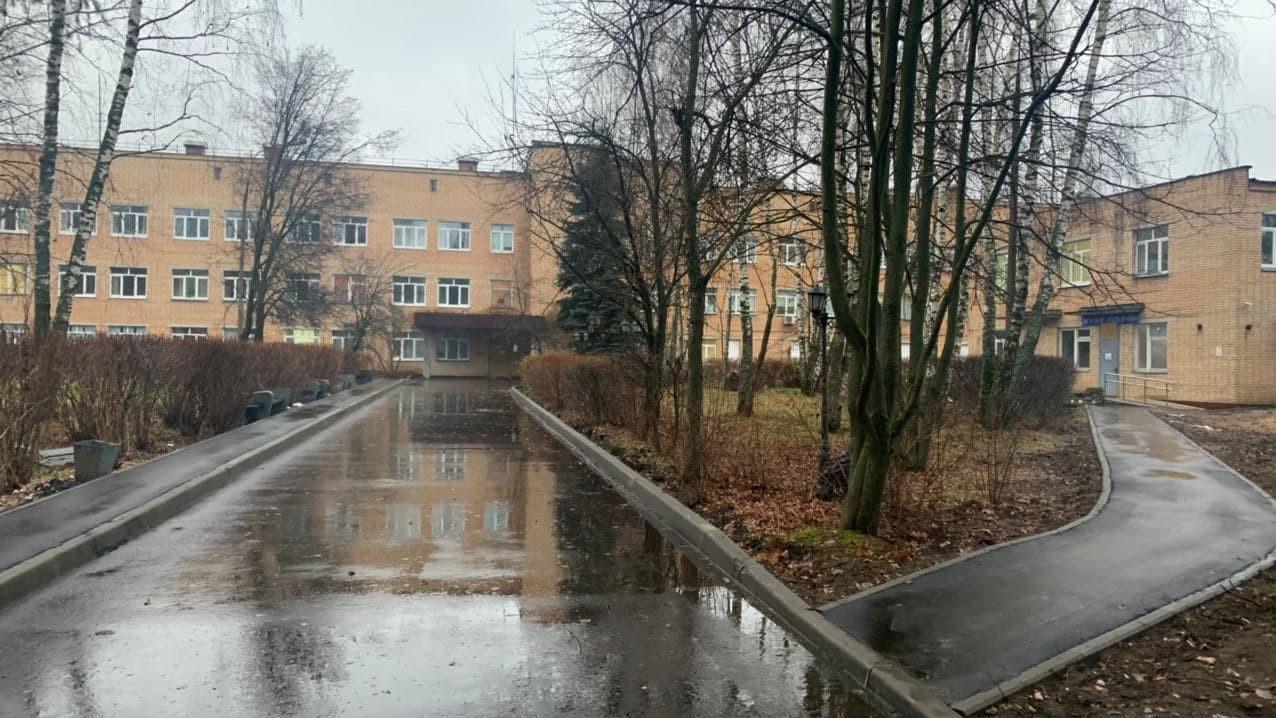 Территории 70 медучреждений отремонтировали в Подмосковье
