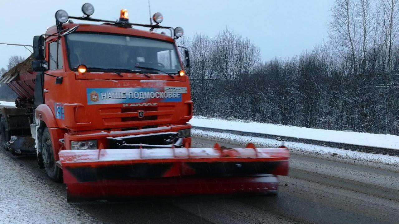 Более 1,3 тыс. единиц спецтехники задействовано в уборке подмосковных дорог от снега