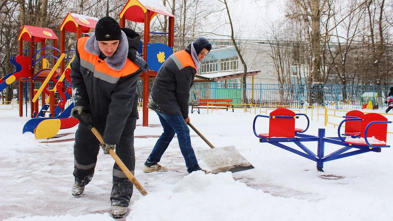 Более 8 тыс. дворников устраняют последствия снегопада в Подмосковье