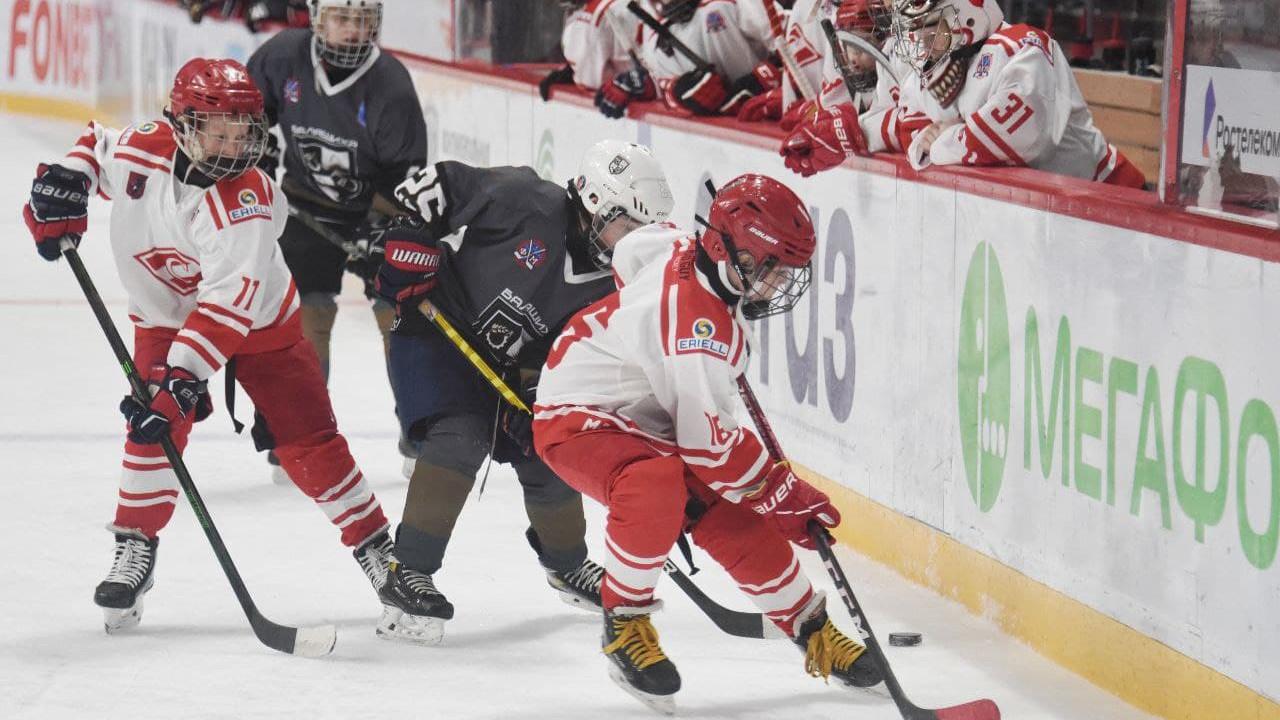 Двенадцать команд из регионов РФ участвуют в турнире по хоккею на Кубок Юрия Ляпкина в Балашихе