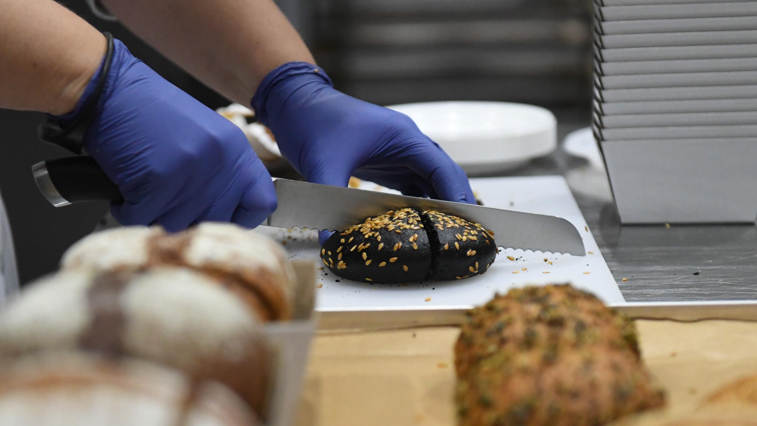 Губернатор посетил новую фабрику по производству хлеба и выпечки в Волоколамском округе