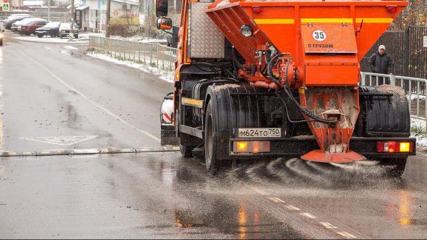 Подмосковных водителей призвали к аккуратности на дорогах из-за снегопада и ледяного дождя
