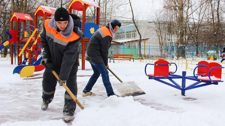Порядка 10 тыс. дворников ликвидируют последствия снегопада в Подмосковье