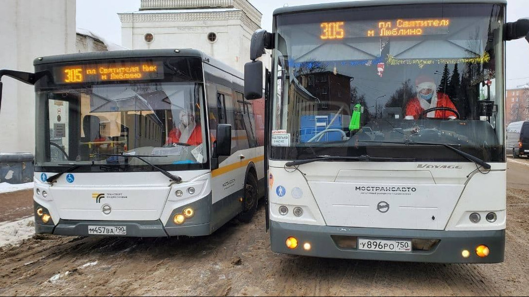 Водители автобусов нарядились в костюмы Дедов Морозов в Подмосковье