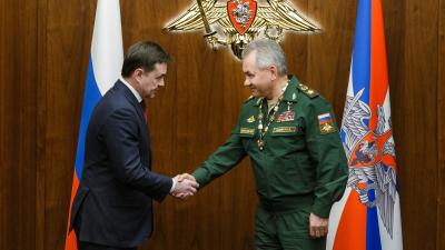 Андрей Воробьев вручил Сергею Шойгу знак «Почетный гражданин Московской области»