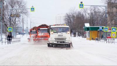 Дорожные и коммунальные службы Подмосковья устраняют последствия снегопада