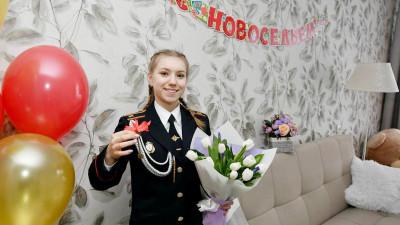Первые ключи от квартир выдали детям-сиротам в Подмосковье