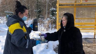 Подмосковных пассажиров общественного транспорта угостят бесплатным чаем в морозы