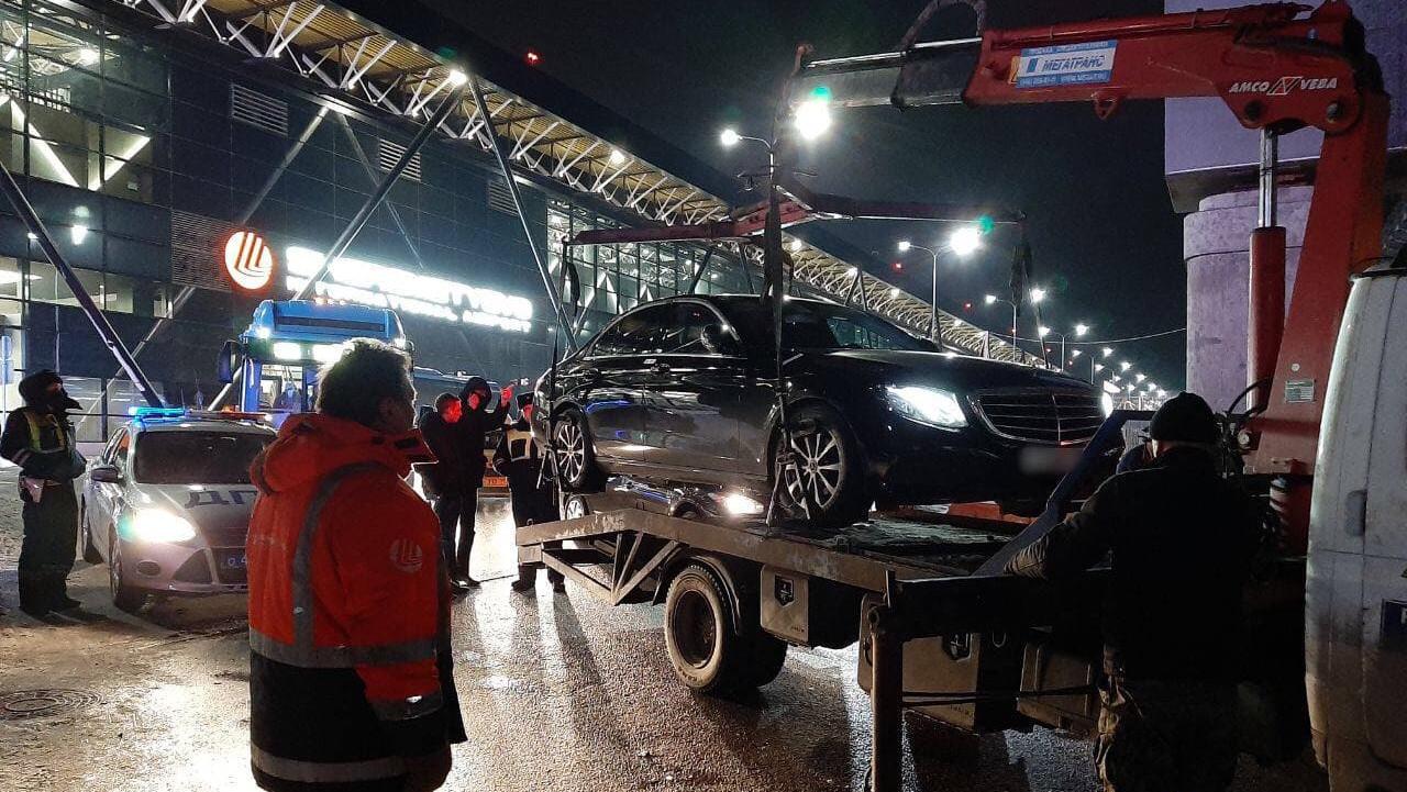 Эвакуатор грузит автомобиль в Шереметьево