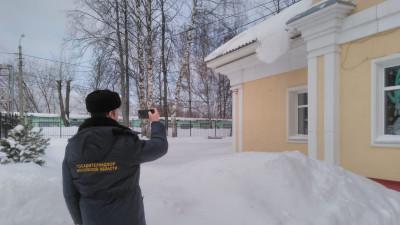 Свыше 300 нарушений содержания кровель зданий соцназначения устранили в Подмосковье