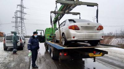 Более 90 машин такси эвакуировали в Подмосковье за нарушения