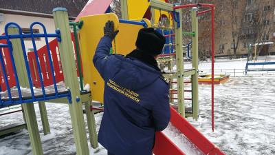 Инспектор Госадмтехнадзора проверяет детскую площадку