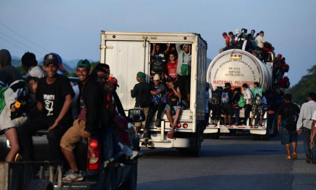 нелегалы из мексики штурмуют границы сша