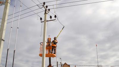 Подмосковные энергетики внедрили ремонтные работы без снятия напряжения с линий электропередачи