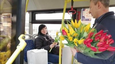Поздравления и сюрпризы для жительниц Подмосковья приготовили перевозчики к 8 Марта