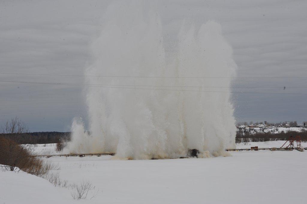 российские сапёры взрывают льды на реках