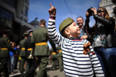 Горожане во время парада Победы на Красной площади в Москве.