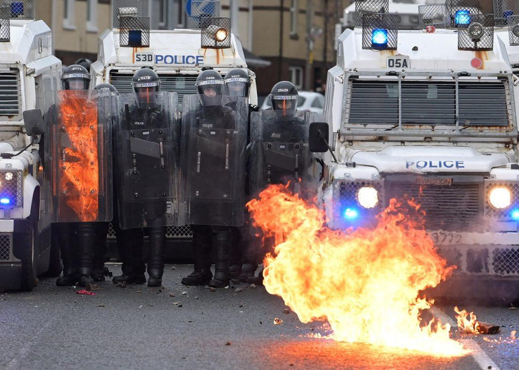 ирландия против британии камни зажигательные смеси водомёты